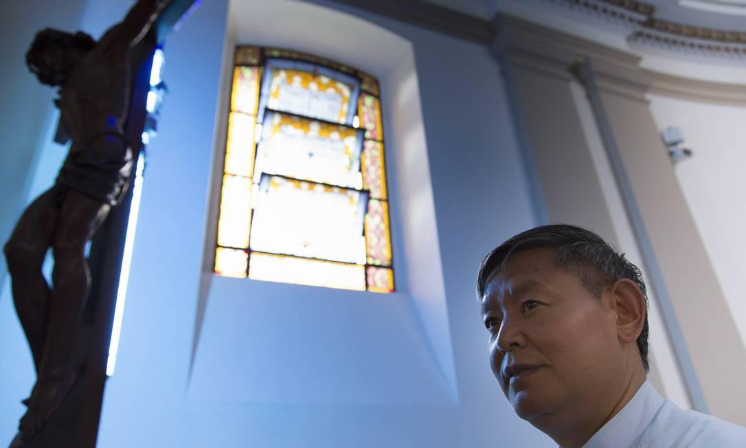 Pároco da Igreja São Francisco Xavier, na Tijuca, José Li Guozhong dá assistência a peregrinos que vieram da China para a jornada: eles fazem parte da igreja clandestina da China, que não tem relações com o Vaticano Foto: Leo Martins / O Globo