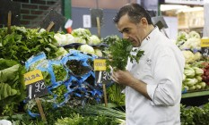 Pasquale Mancini passou a manhã na Cobal comprando ingredientes para o jantar do Pontífice no Sumaré, Foto: Camilla Maia / O Globo