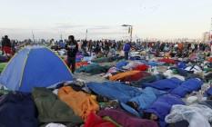 Jovens dormem na Praia de Copacabana durante a vigília antes da missa de encerramento da Jornada Mundial da Juventude neste domingo Foto: Domingos Peixoto / O Globo