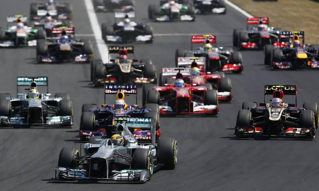 Lewis Hamilton, da Mercedes, fez boa largada e contornou a primeira curva na liderança em Hungaroring Petr David Josek / AP