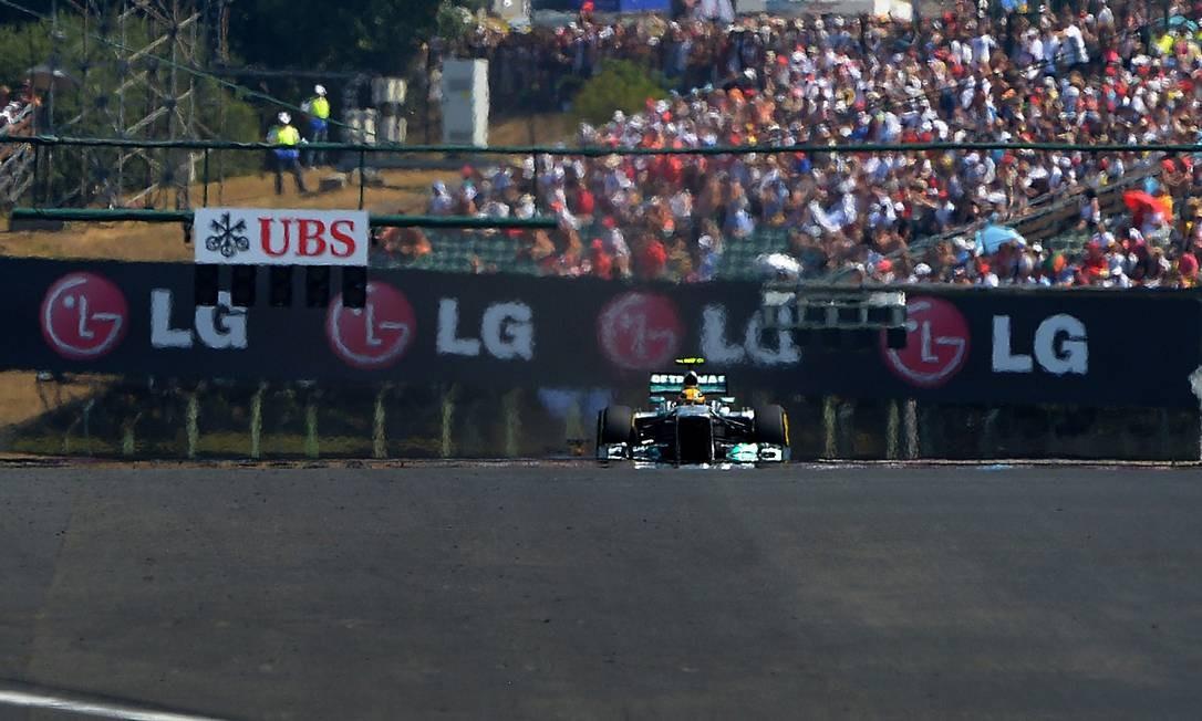 O inglês Lewis Hamilton saiu na pole e manteve a primeira colocação após a largada do GP da Hungria Foto: Tom Gandolfini / AFP