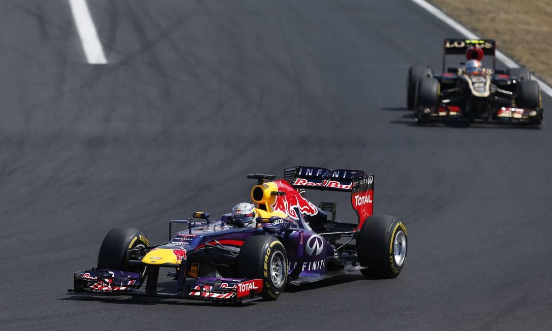 Líder do Mundial, o alemão Sebastian Vettel, da RBR, faz uma curva, acompanhado pelo francês Romain Grosjean, da Lotus Petr David Josek / AP