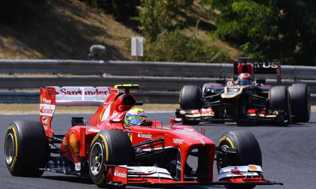 Felipe Massa teve problemas com a asa dianteira esquerda, por causa de um toque na Mercedes de Nico Rosberg após a largada ATTILA KISBENEDEK / AFP