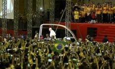 Papa Francisco é recebido por voluntários da JMJ no Riocentro Foto: Mônica Imbuzeiro / Agência O Globo