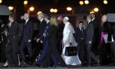 Papa Francisco leva sua maleta até o avião Foto: Alexandre Cassiano / O Globo