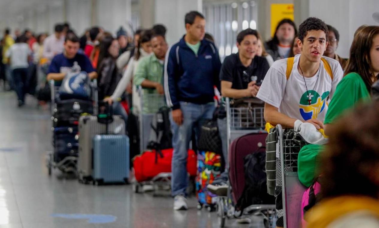 Peregrinos fazem fila gigantesca no Aeroporto Internacional Tom Jobim Foto: Pedro Kirilos / Agência O Globo