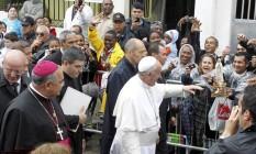 Dom Orani durante caminhada com o Papa Francisco na comunidade de Varginha, em Manguinhos Foto: Domingos Peixoto / Agência O Globo