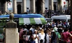 Enorme fila no Largo do Machado para pegar as vans para subir ao Cristo Redentor Foto: Custodio Coimbra / O Globo