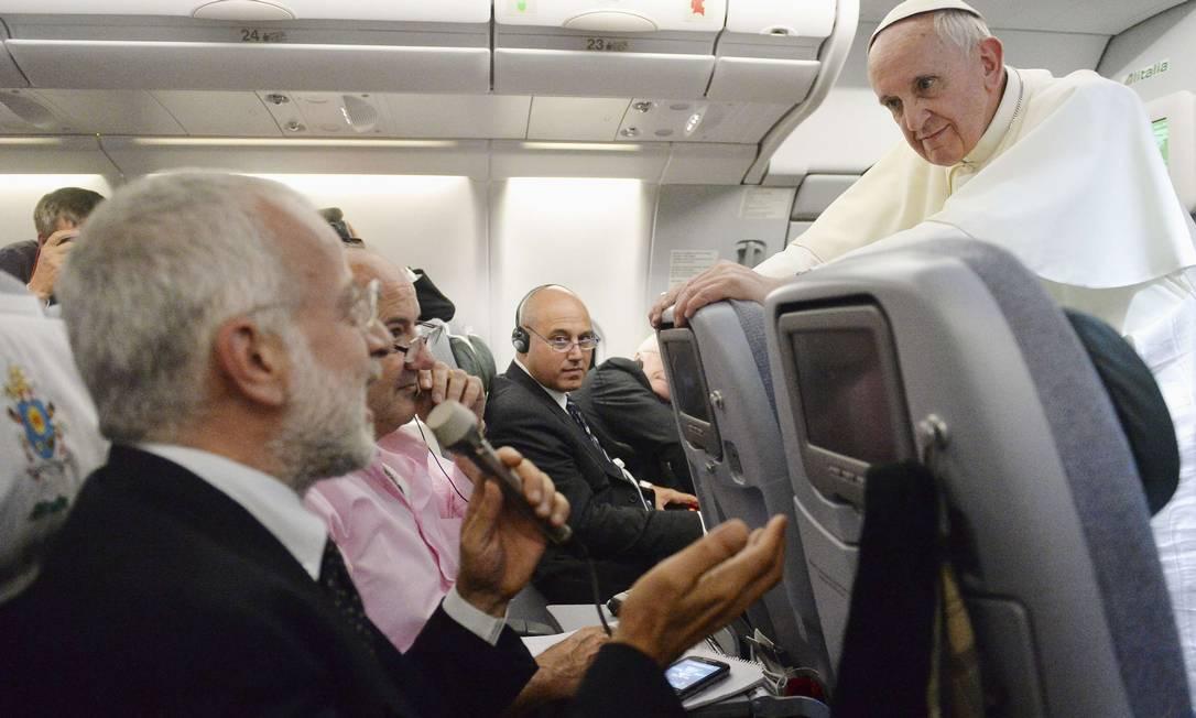 Papa conversa com jornalistas no avião que o levou a Roma Foto: Luca Zennaro / Reuters