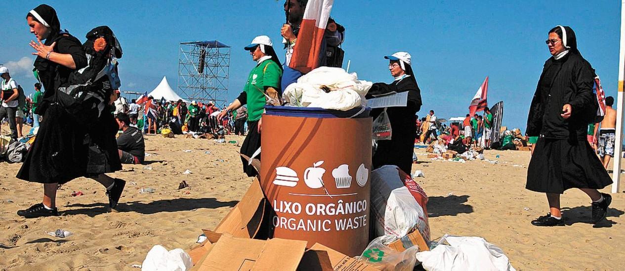Freiras caminham diante de uma lixeira nas areias de Copacabana: prefeito elogiou limpeza da cidade - Foto: Reuters