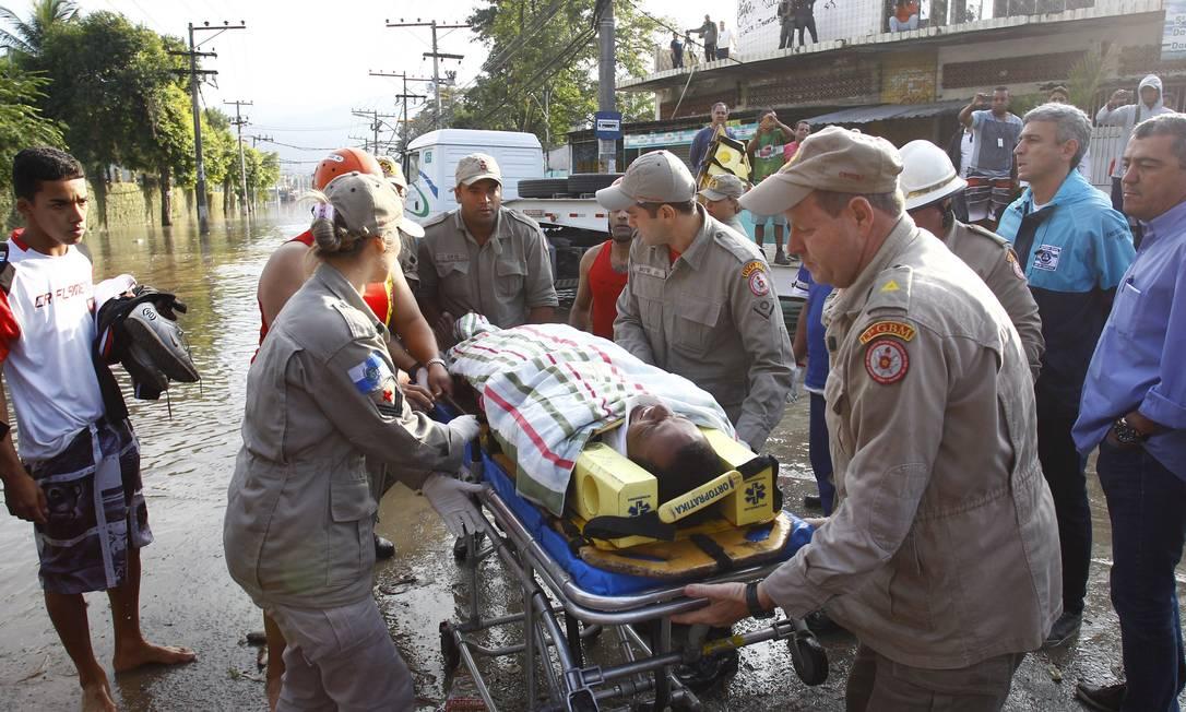 Uma vítima é resgatada por bombeiros Pablo Jacob / Agência O Globo