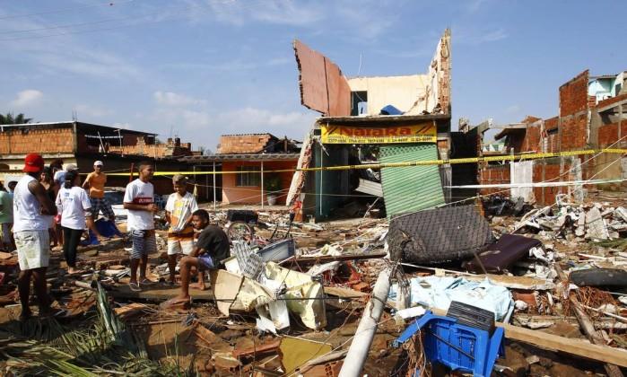 Moradores observam a destruição Pablo Jacob / Agência O Globo