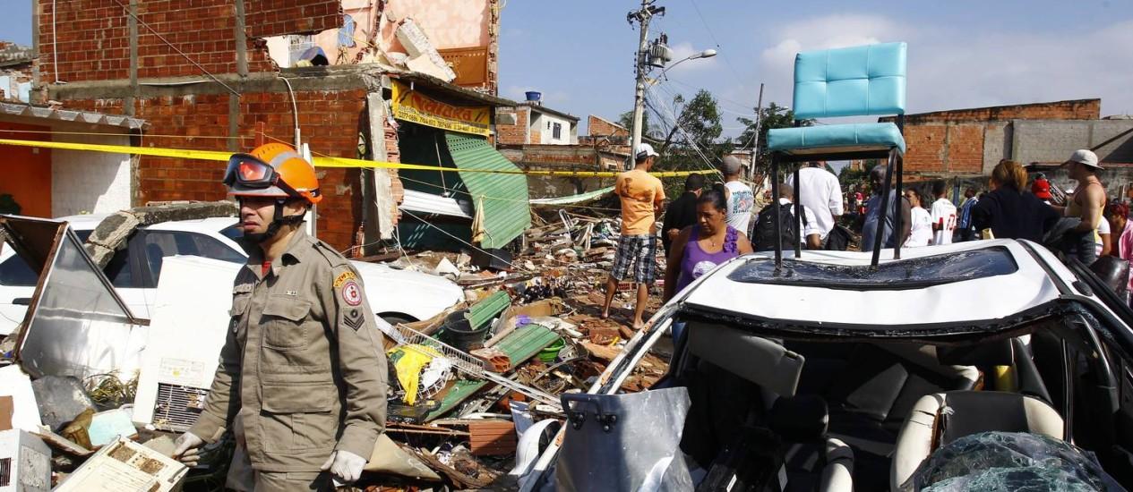 Casas foram destruídas e carros arrastados pela correnteza Foto: Pablo Jacob / Agência O Globo