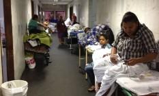 No Hospital São Lucas, corredores ocupados, indevidamente, por pacientes em macas Foto: CRM-ES