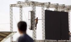 Um dos telões usados na JMJ em Copacabana é desmontado: foram exibidas imagens de obras de Paes durante o evento Foto: Custódio Coimbra / O Globo
