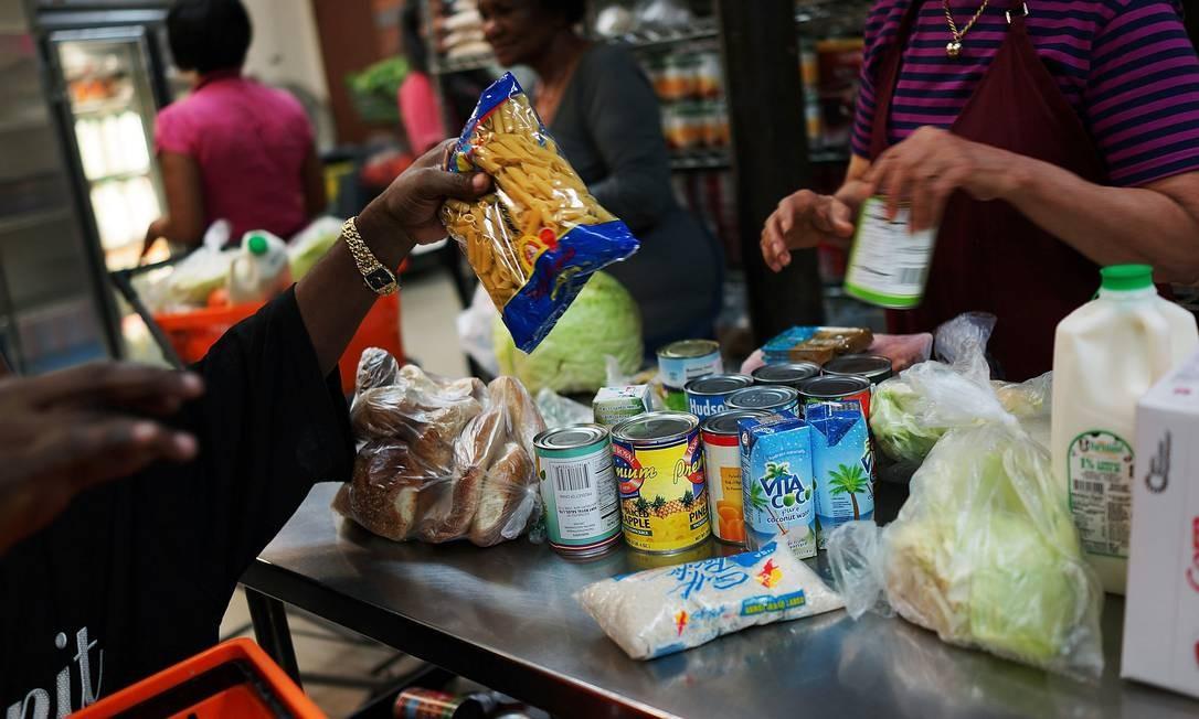 Renda em declínio ajuda a explicar ceticismo dos americanos quanto ao fim da recessão Foto: SPENCER PLATT / AFP
