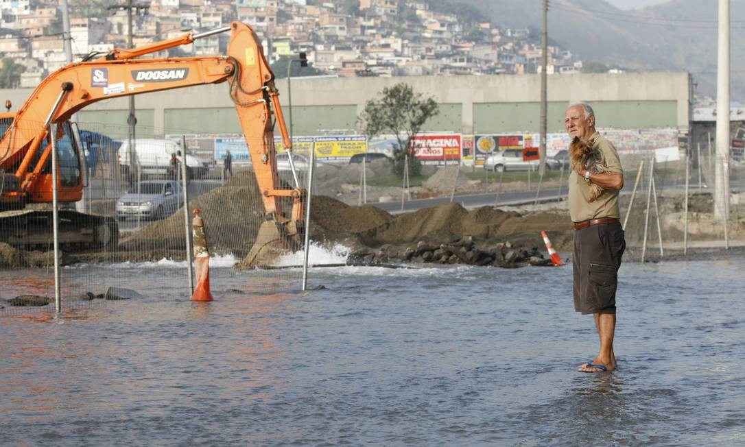 Retroescavadeira atingiu tubulação da Cedae na Zona Norte Foto: Pablo Jacob / Agência O Globo