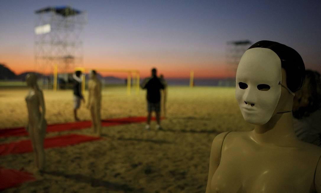 Rio de Paz instala manequins na Praia de Copacabana em lembrança aos desaparecidos no Rio, como Amarildo / Foto: Felipe Hanower / O Globo