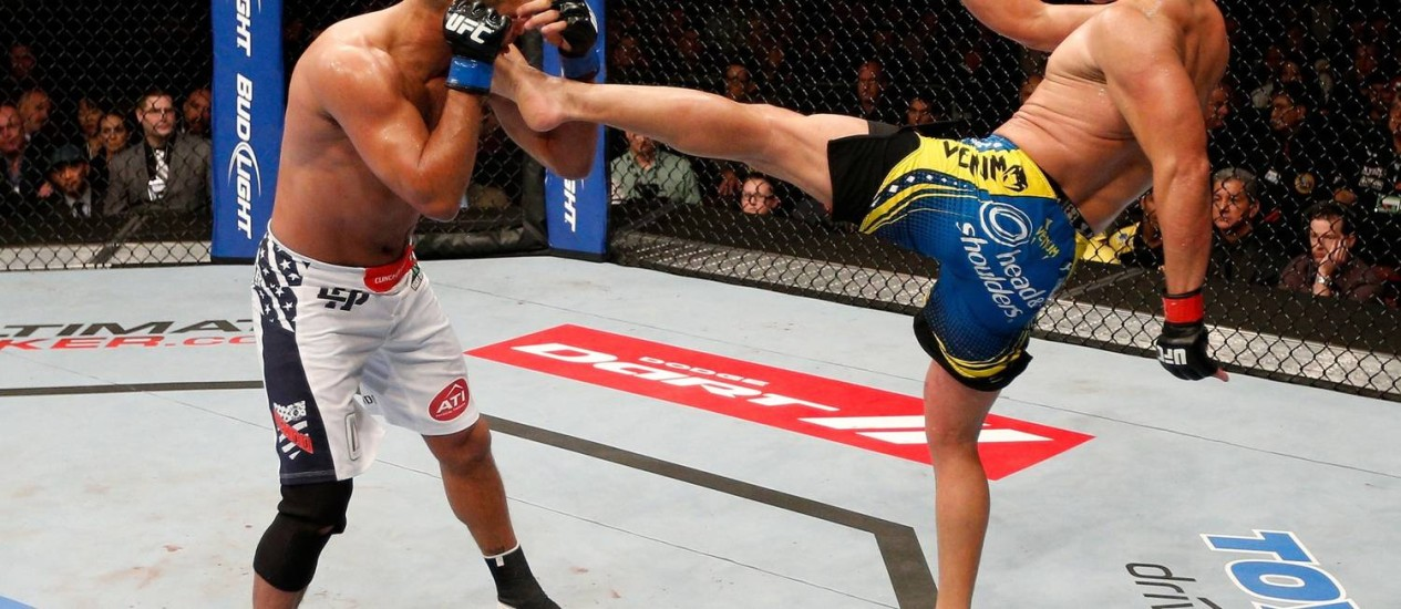 Lyoto Machida utilizou seus habituais chutes para contra-atacar e manter Dan Henderson distante em luta do UFC 157 Foto: Divulgação UFC