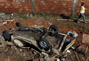 Carros foram destruídos pela força da água Foto: Gustavo Stephan / Agência O Globo