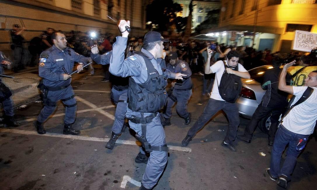 Confronto entre PMs e manifestantes durante protesto em frente à Câmara dos Vereadores, na Cinelândia Foto: Marcelo Piu / Agência O Globo