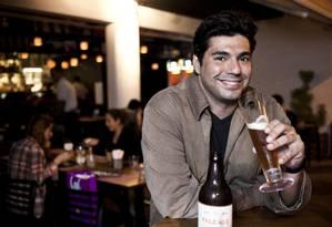 O chef Felipe Bronze bebe a cerveja artesanal Pipo Pale Ale, produzida especialmente para seu restaurante Foto: Guillermo Giansanti / O Globo