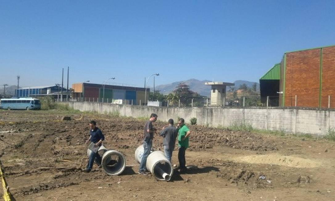Peritos examinam área de ampliação da Guaracamp, em Campo Grande Foto: Celia Costa / O Globo