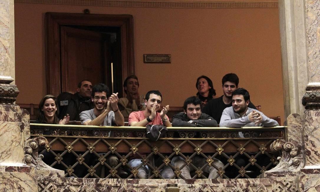 Público aplaude na Câmara dos Deputados a aprovação da lei que regula o mercado da maconha no Uruguai Foto: ANDRES STAPFF / REUTERS
