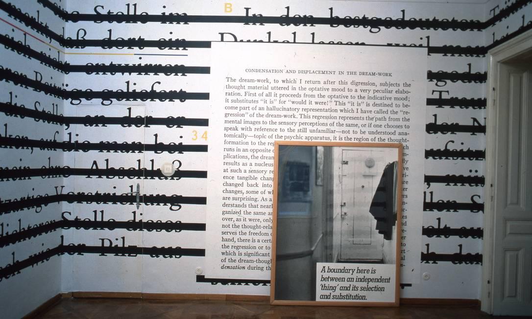 'Zero & Not' e 'O&A', obras de Joseph Kosuth, apresentadas no Sigmund Freud Museum, em Viena, em 1987 Foto: G. Pakesch / Divulgação