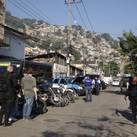 Megaoperação combate o tráfico no Complexo do Lins Foto: Marcos Tristão / O Globo