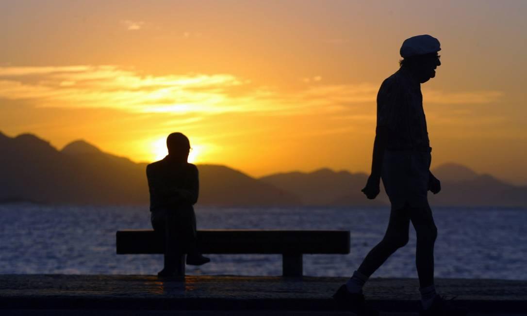 Idoso faz caminhada em Copacabana: brasileiro está vivendo mais Foto: / Ana Branco/O Globo