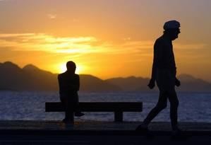 Idoso faz caminhada em Copacabana: brasileiro está vivendo mais Foto: Ana Branco/O Globo