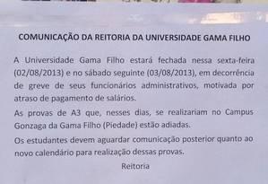 Comunicado exposto nesta sexta no campus da Universidade Gama Filho informa o adiamento de provas por conta de uma greve de funcionários Foto: Reprodução