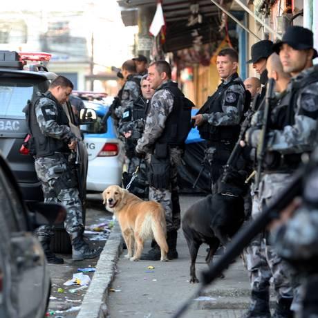 Policiais ocupam o Complexo da Mangueirinha, em Caxias - Foto: Guilherme Pinto / Agência O Globo