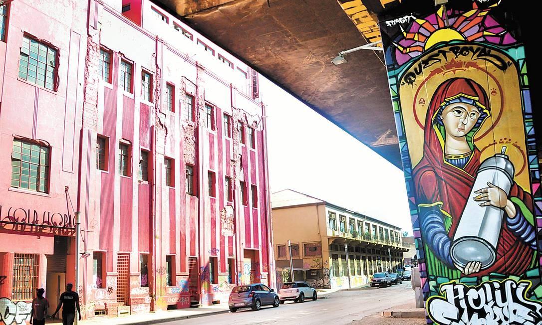 Embaixo de viaduto, grafite fica ao lado de antigo mercado de carne em Newtown, Johannesburgo Foto: Flávia Milhorance / O Globo