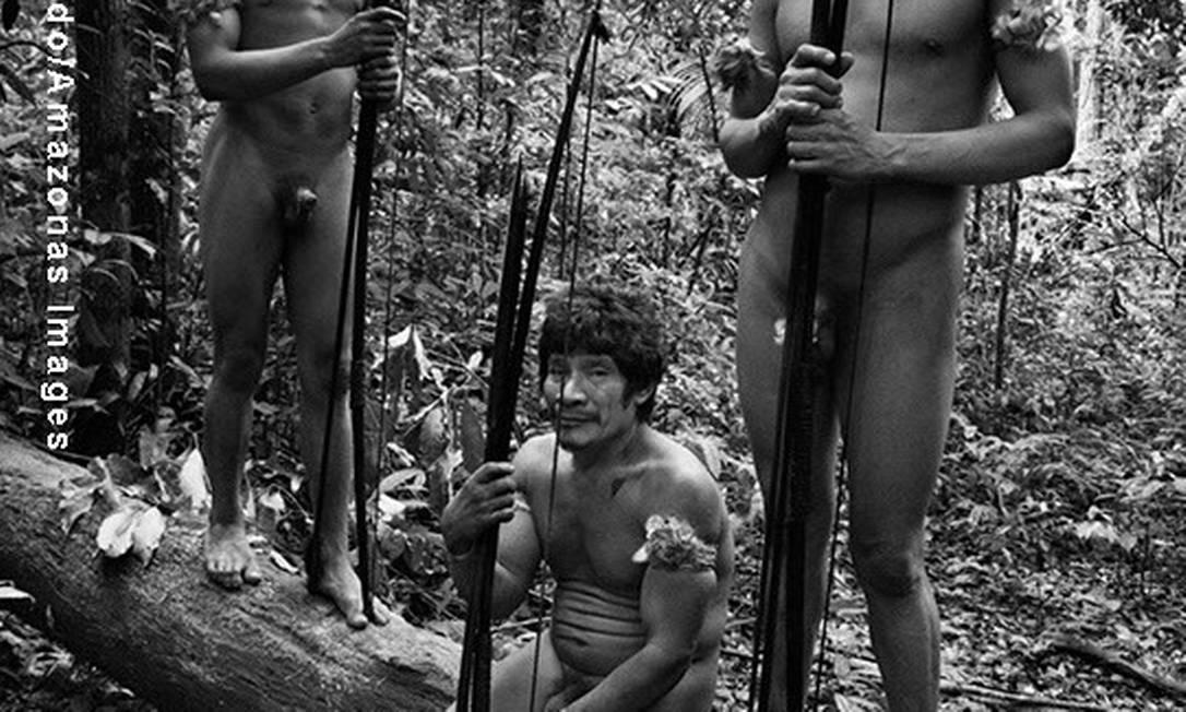 Índios Awás se preparam para sair à caça com arco e flecha próximo à Aldeia Juriti Foto: Sebastião Salgado