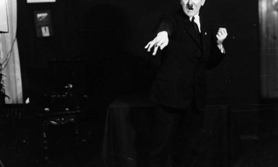Uma das fotos de Hitler ensaiando seus discursos feitas por Heinrich Hoffmann Foto: Reprodução/Heinrich Hoffmann