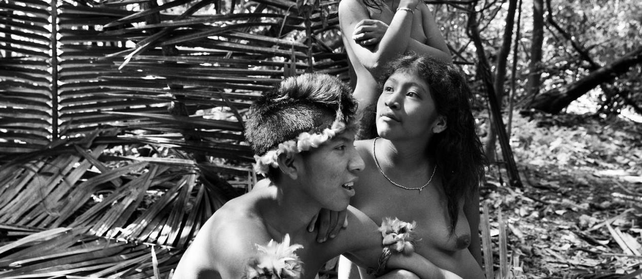 O jovem guerreiro Jui´i ao lado de sua esposa. 'Eles têm força, mas nós tem coragem também' Foto: © Sebastião Salgado/Amazonas Images / O Globo
