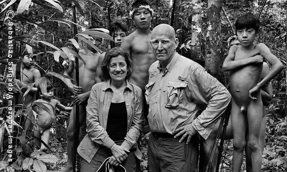 A repórter Míriam Leitão e o fotógrafo Sebastião Salgado junto aos índios Awá, na Aldeia Juriti, localizada na Reserva Biológica Gurupi, no Maranhão Foto: O Globo