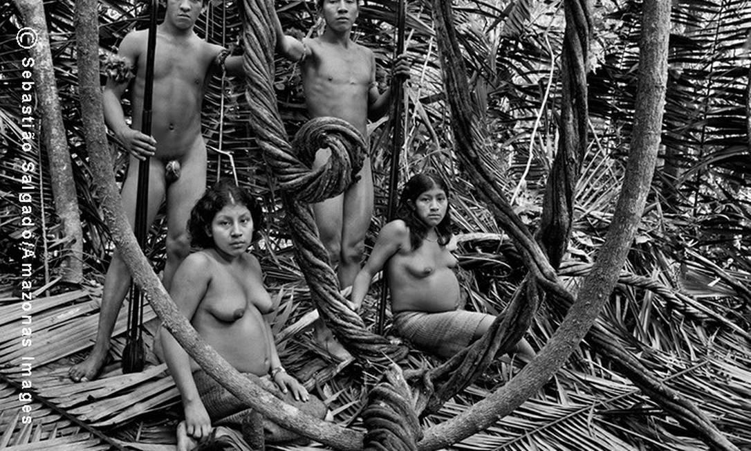 Duas jovens famílias Awá. Da esquerda para a direita, Tykaco com sua esposa Aparana´i sentada ao seus pés e grávida, e Jui´i com sua esposa, Xikapiõ, também grávida