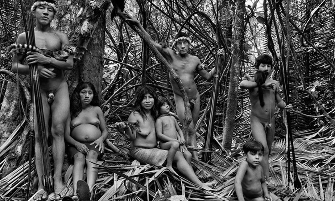 Piraima´a (ao centro e de pé), com sua família. Da esquerda para a direita, seu filho Jui´i, com sua esposa Xikapio, que espera um bebê, a esposa Paicon com a filha Manimy sentada no seu colo e os irmãos dela, Makatan (sentado) e Kiripi, com um sagui negro nos braços