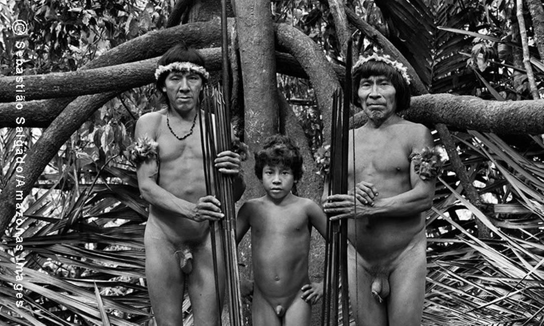 Da esquerda para a direita Juritximitan, Makoeri (criança) e Muturuhum próximo ao acampamento de caça