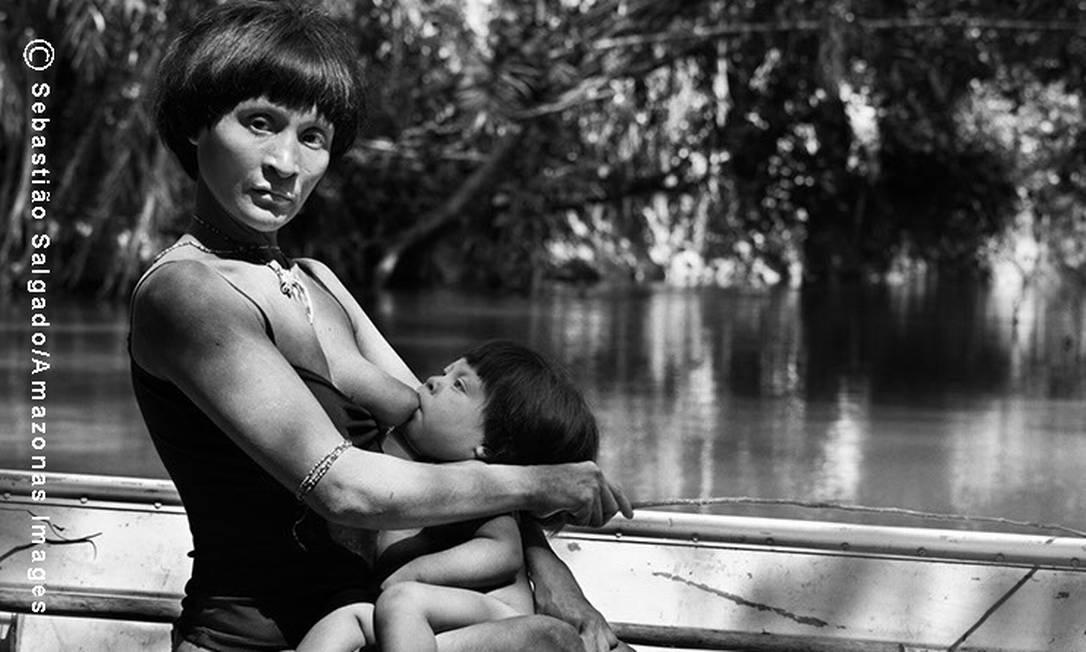 Enquanto pesca no rio Caru, a índia Coina amamenta seu filho recém-nascido, o quinto da prole