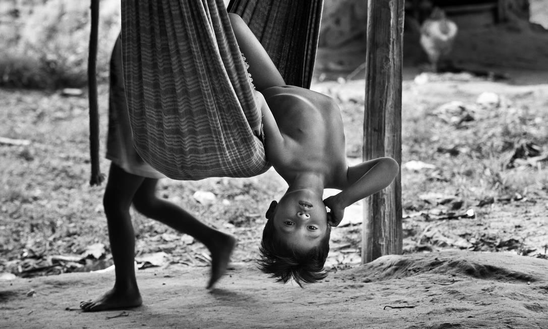 Criança Awá brinca na rede em cena rotineira na Aldeia Juriti