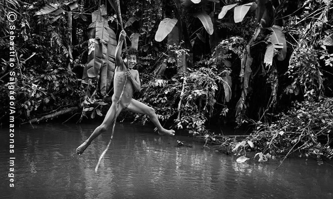 O pequeno Makoeri se prepara para se jogar no rio Juriti, que é um afluente do rio Caru