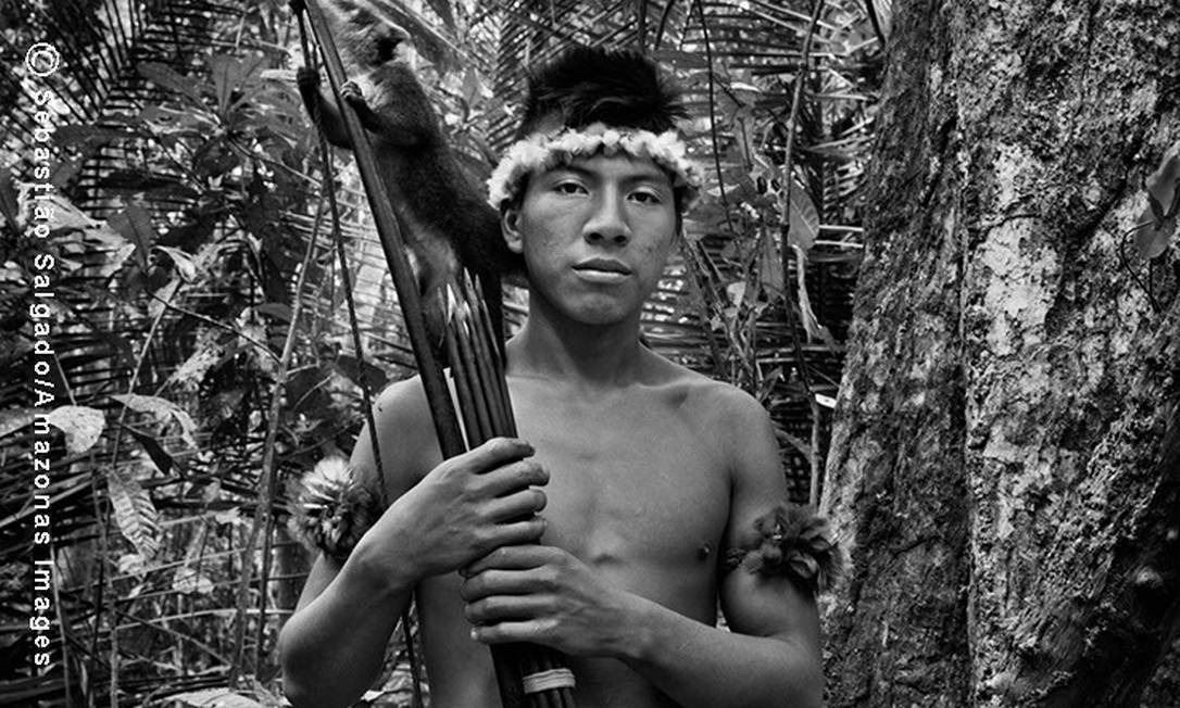 O jovem guerreiro Jui´i posa com seu quati de estimação antes de sair à caça...