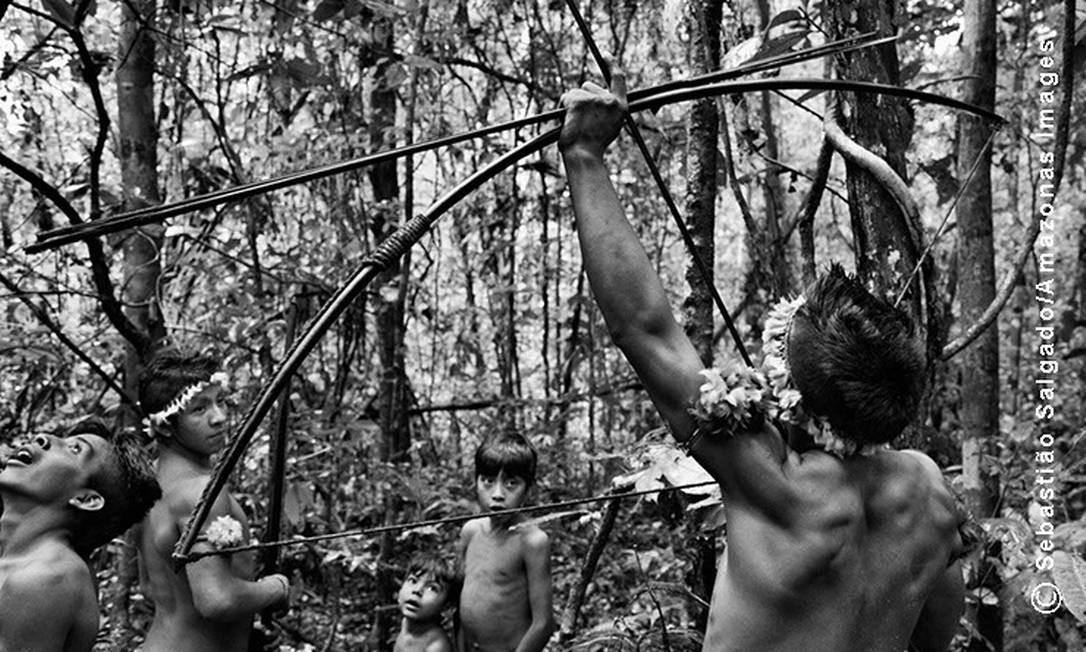 Aqui o jovem guerreiro identifica um alvo entre as árvores para lançar sua flecha