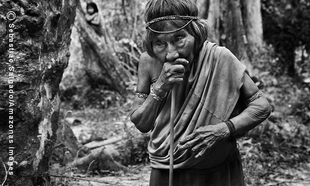 Isolada da Aldeia Juriti, no coração da floresta, a anciã Amerytxia é considerada responsável pela criação de vários índios Awás