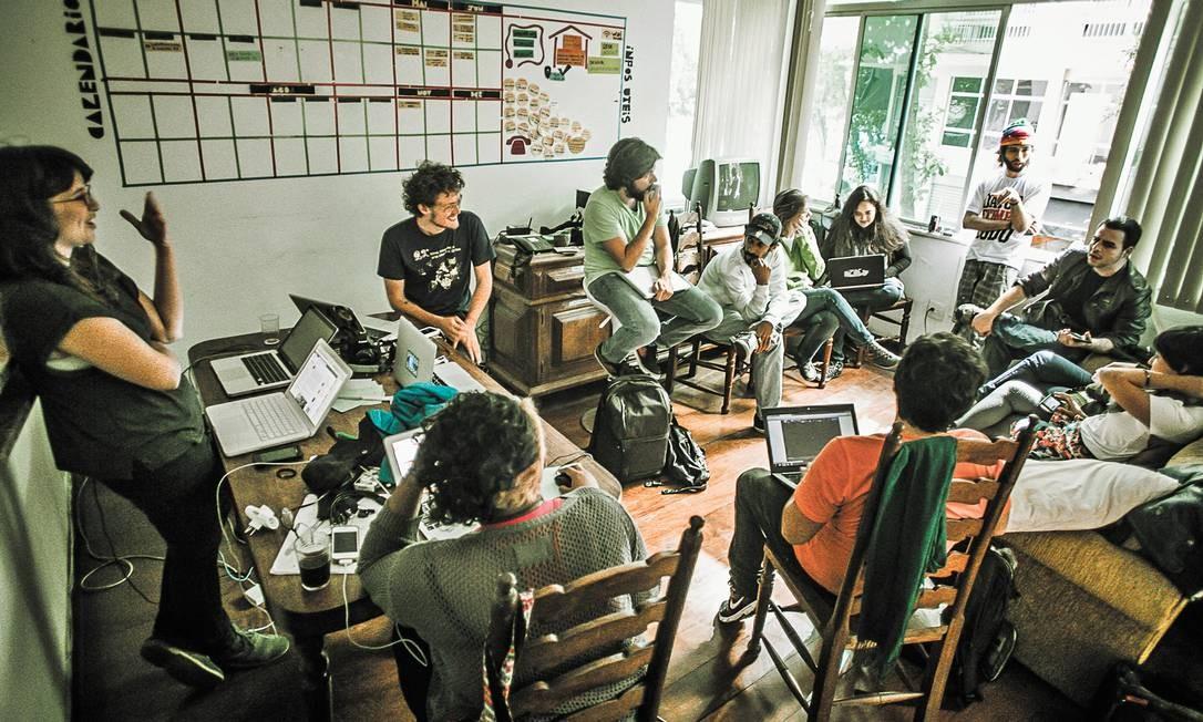 Planejamento. Integrantes do Mídia Ninja reunidos no Rio: reuniões ocorrem em espaço cedido pela UFRJ. Segundo um dos organizadores, rede de voluntários chega a duas mil pessoas Foto: Divulgação