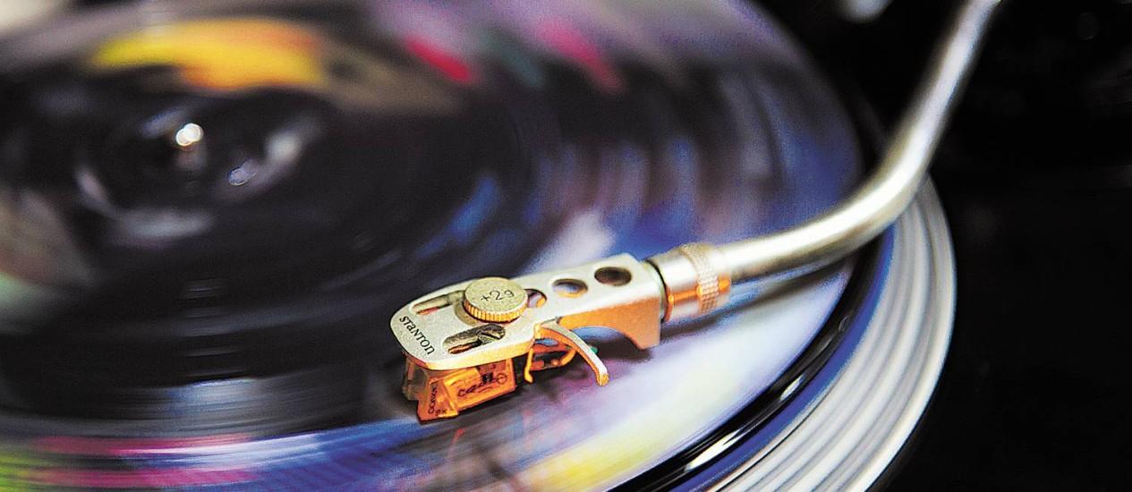 Público jovem, que não conheceu o auge do formato, ajuda a puxar as vendas dos LPs Foto: Foto Mônica Imbuzeiro